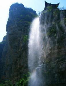 孤山寨门口的瀑布
